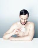 Πορτρέτο ενός ατόμου με ένα άσπρο φλυτζάνι τσαγιού Στοκ Εικόνες