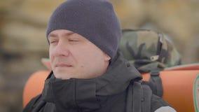Πορτρέτο ενός ατόμου με ένα σακίδιο πλάτης στην πλάτη του απόθεμα βίντεο