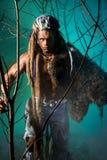 Πορτρέτο ενός ατόμου που περπατά ένα werewolf με ένα δέρμα στον ώμο Στοκ εικόνα με δικαίωμα ελεύθερης χρήσης