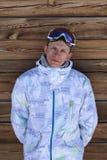 Πορτρέτο ενός ατόμου σε ένα κλίμα ενός ξύλινου τοίχου Στοκ Εικόνα