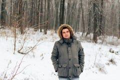 Πορτρέτο ενός ατόμου σε ένα χειμερινό δάσος και ένα θερμό σακάκι στοκ εικόνες