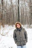 Πορτρέτο ενός ατόμου σε ένα χειμερινό δάσος και ένα θερμό σακάκι στοκ φωτογραφία