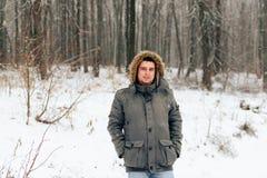 Πορτρέτο ενός ατόμου σε ένα χειμερινό δάσος και ένα θερμό σακάκι στοκ φωτογραφίες