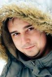 Πορτρέτο ενός ατόμου σε ένα χειμερινό δάσος και ένα θερμό σακάκι στοκ φωτογραφίες με δικαίωμα ελεύθερης χρήσης
