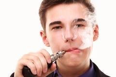 Πορτρέτο ενός ατόμου στο κοστούμι που καπνίζει ένα ε-τσιγάρο Στοκ Εικόνα