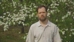 Πορτρέτο ενός ατόμου στο πάρκο φιλμ μικρού μήκους