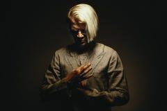 Πορτρέτο ενός ατόμου στο σχεδόν κοστούμι Στοκ εικόνα με δικαίωμα ελεύθερης χρήσης