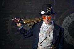 Πορτρέτο ενός ατόμου steampunk πέρα από το υπόβαθρο grunge Στοκ φωτογραφία με δικαίωμα ελεύθερης χρήσης