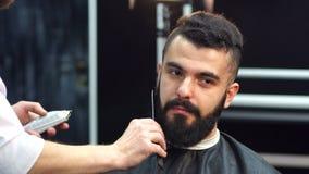 Πορτρέτο ενός γενειοφόρου ατόμου σε ένα barbershop φιλμ μικρού μήκους