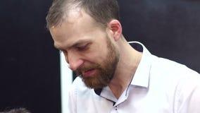 Πορτρέτο ενός γενειοφόρου κομμωτή ατόμων φιλμ μικρού μήκους
