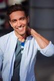 Πορτρέτο ενός γελώντας όμορφου ατόμου σχετικά με το λαιμό του έξω Στοκ Φωτογραφία