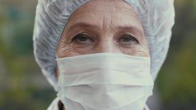 Πορτρέτο ενός γιατρού στη χειρουργική μάσκα απόθεμα βίντεο