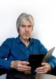 Πορτρέτο ενός γκρίζος-μαλλιαρού ηλικιωμένου ατόμου με μια κοντή γενειάδα, που φορά τα γυαλιά για να απεικονίσει στην έννοια της ζ Στοκ Φωτογραφίες