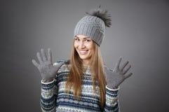 Πορτρέτο ενός ελκυστικού χαμογελώντας κοριτσιού σε ένα καπέλο και τα γάντια Στοκ Φωτογραφία