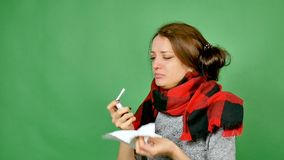 Πορτρέτο ενός ελκυστικού brunette με τη γρίπη Το κορίτσι έχει ένα κρύο, πυρετός, ο λαιμός είναι τυλιγμένος σε ένα μαντίλι Ψεκάζει φιλμ μικρού μήκους