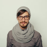 Πορτρέτο ενός ενδιαφέροντος νεαρού άνδρα στα χειμερινά ενδύματα Στοκ Φωτογραφία