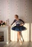 Πορτρέτο ενός επαγγελματικού χορευτή μπαλέτου στο φως ήλιων στο εγχώριο εσωτερικό Έννοια μπαλέτου στοκ εικόνα