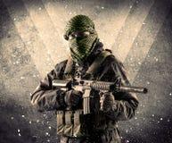 Πορτρέτο ενός επικίνδυνου καλυμμένου οπλισμένου στρατιώτη με το βρώμικο backgro Στοκ εικόνα με δικαίωμα ελεύθερης χρήσης