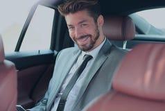 Πορτρέτο ενός επιτυχούς επιχειρησιακού ατόμου στο αυτοκίνητό του Στοκ φωτογραφίες με δικαίωμα ελεύθερης χρήσης