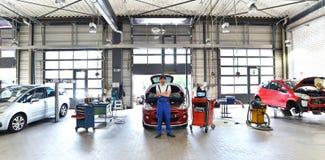 Πορτρέτο ενός επιτυχούς μηχανικού σε ένα γκαράζ - επισκευή και servi Στοκ Φωτογραφία