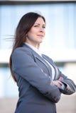 Πορτρέτο ενός επιτυχούς χαμόγελου επιχειρησιακών γυναικών Όμορφος νέος θηλυκός ανώτερος υπάλληλος σε μια αστική ρύθμιση Στοκ φωτογραφία με δικαίωμα ελεύθερης χρήσης