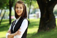 Πορτρέτο ενός επιτυχούς χαμόγελου επιχειρησιακών γυναικών στοκ φωτογραφία