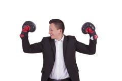 Πορτρέτο ενός επιχειρηματία με τα εγκιβωτίζοντας γάντια που λυγίζει τους δικέφαλους μυς στοκ εικόνες