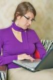 Πορτρέτο ενός επιχειρηματία που εργάζεται στο lap-top Στοκ Εικόνες