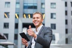 Πορτρέτο ενός επιχειρηματία που χρησιμοποιεί μια ταμπλέτα Στοκ φωτογραφίες με δικαίωμα ελεύθερης χρήσης