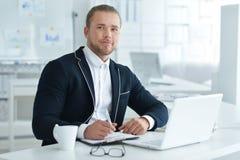 Πορτρέτο ενός επιχειρησιακού ατόμου με ένα lap-top Στοκ Εικόνα