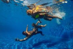 Πορτρέτο ενός ευτυχούς ζεύγους με την κόρη στην πισίνα Στοκ Φωτογραφίες