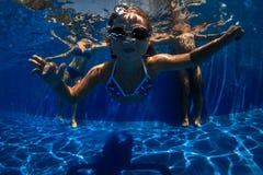 Πορτρέτο ενός ευτυχούς ζεύγους με την κόρη στην πισίνα Στοκ Εικόνα