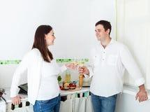 Πορτρέτο ενός ευτυχούς ζεύγους που πίνει τα άσπρα WI Στοκ Φωτογραφίες