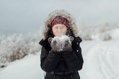 Πορτρέτο ενός ευτυχούς θηλυκού τουρίστα που βγάζει από τη θέση που ήταν το χιόνι από το han της Στοκ Φωτογραφίες