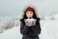 Πορτρέτο ενός ευτυχούς θηλυκού τουρίστα που παίζει με το χιόνι Στοκ Φωτογραφία