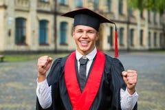 Πορτρέτο ενός ευτυχούς διαβαθμισμένου άνδρα σπουδαστή - έννοιες βαθμολόγησης Στοκ εικόνες με δικαίωμα ελεύθερης χρήσης