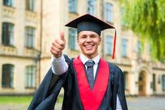 Πορτρέτο ενός ευτυχούς διαβαθμισμένου άνδρα σπουδαστή - έννοιες βαθμολόγησης Στοκ Φωτογραφία