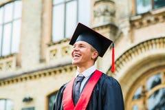 Πορτρέτο ενός ευτυχούς διαβαθμισμένου άνδρα σπουδαστή - έννοιες βαθμολόγησης Στοκ Εικόνες