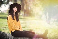 Πορτρέτο ενός ευτυχούς και χαμογελώντας κοριτσιού brunnete στοκ φωτογραφία με δικαίωμα ελεύθερης χρήσης