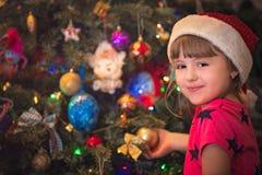 Πορτρέτο ενός ευτυχούς κοριτσιού Χριστουγέννων Στοκ Εικόνες