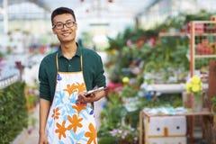 Πορτρέτο ενός ευτυχούς νέου αρσενικού ανθοκόμου στο κατάστημα στοκ εικόνες