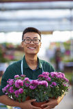 Πορτρέτο ενός ευτυχούς νέου αρσενικού ανθοκόμου στο κατάστημα στοκ φωτογραφία