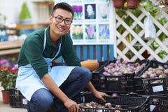 Πορτρέτο ενός ευτυχούς νέου αρσενικού ανθοκόμου στο κατάστημα στοκ φωτογραφίες