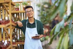 Πορτρέτο ενός ευτυχούς νέου αρσενικού ανθοκόμου στο κατάστημα στοκ φωτογραφία με δικαίωμα ελεύθερης χρήσης