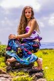 Πορτρέτο ενός ευτυχούς νέου κοριτσιού και μιας ντυμένης floral μεγάλου μεγέθους φούστας με την κορυφή στοκ εικόνες