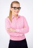 Πορτρέτο ενός ευτυχούς ξανθού κοριτσιού geek στα γυαλιά στοκ εικόνα με δικαίωμα ελεύθερης χρήσης