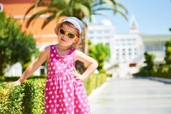 Πορτρέτο ενός ευτυχούς παιδιού που φορά τα γυαλιά ηλίου υπαίθρια στη θερινή ημέρα Πικρό ξενοδοχείο πολυτελείας Dolce Vita θέρετρο Στοκ φωτογραφίες με δικαίωμα ελεύθερης χρήσης