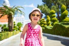 Πορτρέτο ενός ευτυχούς παιδιού που φορά τα γυαλιά ηλίου υπαίθρια στη θερινή ημέρα Πικρό ξενοδοχείο πολυτελείας Dolce Vita θέρετρο Στοκ φωτογραφία με δικαίωμα ελεύθερης χρήσης