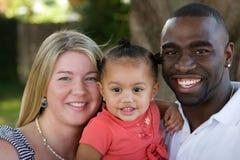 Πορτρέτο ενός ευτυχούς πολυπολιτισμικού οικογενειακού χαμόγελου Στοκ Φωτογραφία