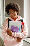 Πορτρέτο ενός ευτυχούς φοιτητή πανεπιστημίου Στοκ φωτογραφία με δικαίωμα ελεύθερης χρήσης